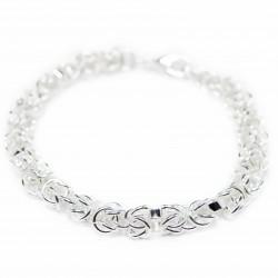 Bracelet en argent avec des maillons. Un bijou pour femme fashion