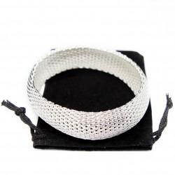 Bracelet large en argent pour femme avec une texture en maille.