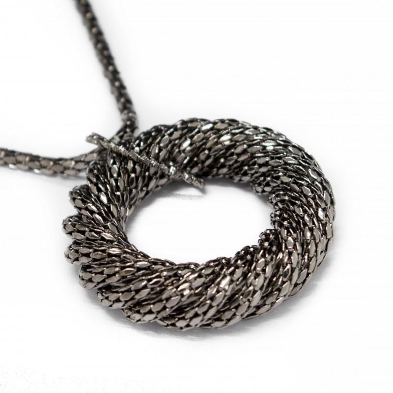 Collier sautoir pour femme réalisé dans un métal noirci avec pendentif