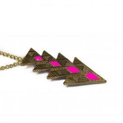 Collier pour femme avec un pendentif représentant 4 triangles inversés