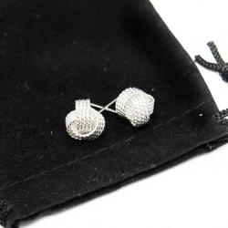 Clous d'oreilles, représentant des pelotes de fil d'argents pour femme