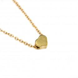 Collier doré avec son pendentif, un petit cœur doré