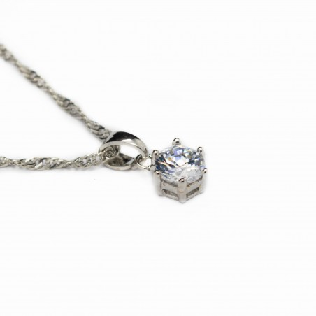 Chaîne torsadée en argent avec un pendentif avec une pierre blanche